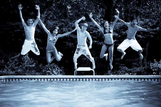 Image: Ian Kahn / FreeDigitalPhotos.net, Kids jumping into pool
